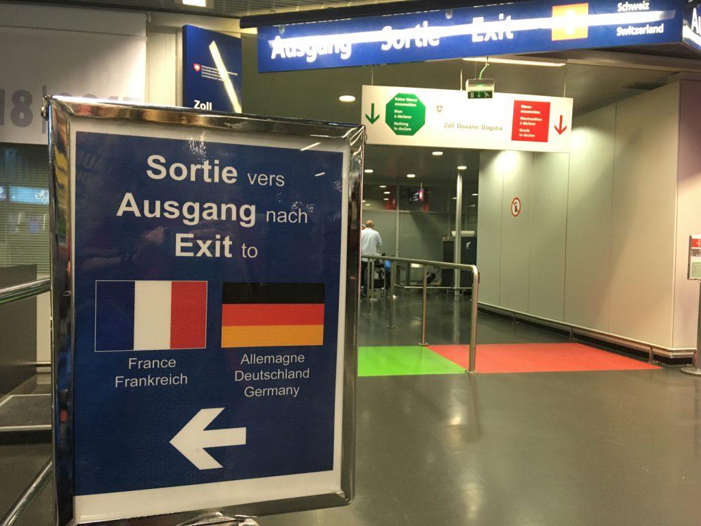 Vpravo se vystupuje do Švýcarska, vlevo do Francie a Německa