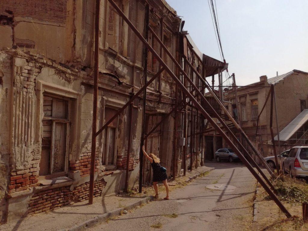 Tbilisi podepřené domy