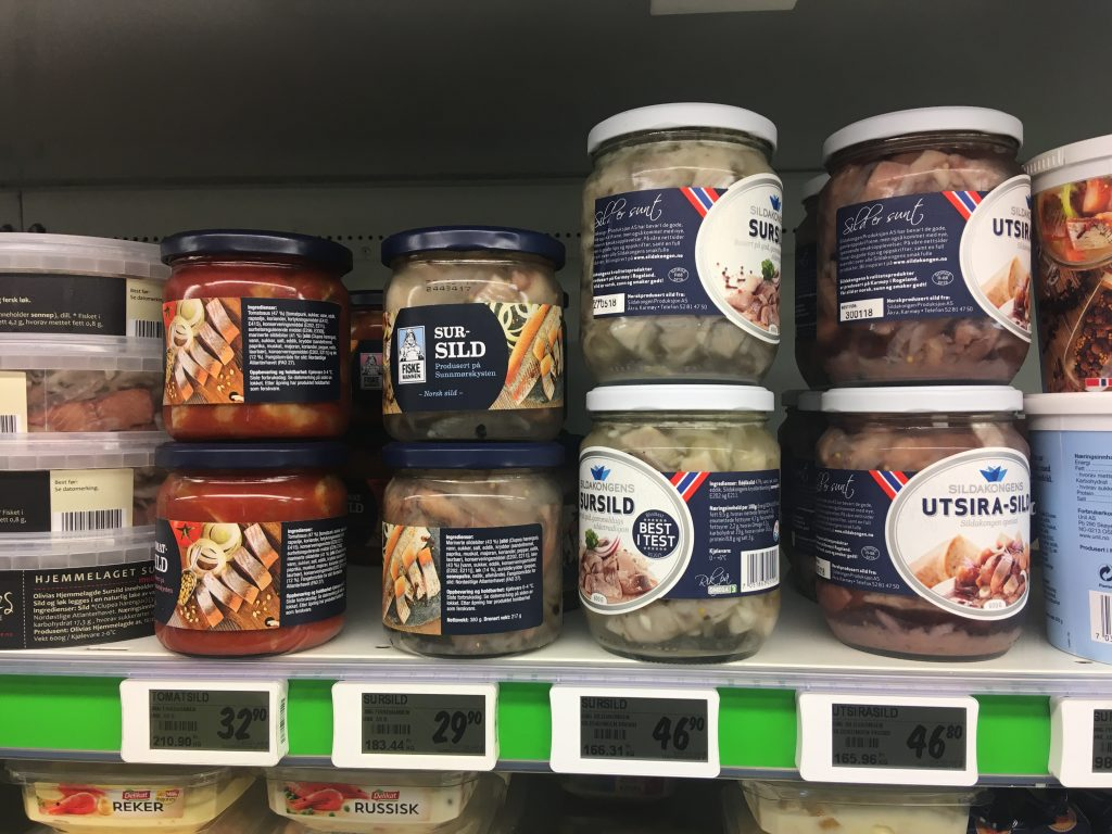 Nakládaní sledi v supermarketu