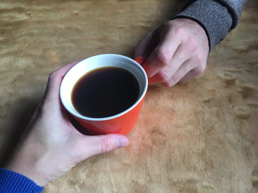 šetříme, tak jedna káva do páru stačí