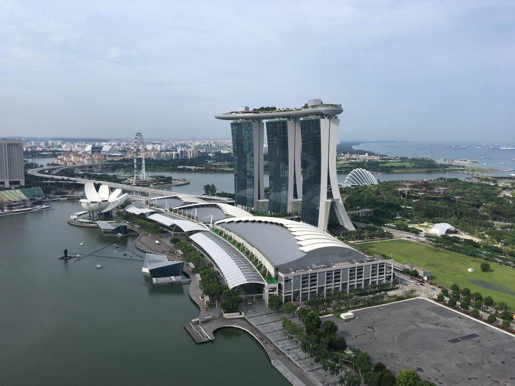Pohled na Marina Bay Sands z rooftop baru naproti
