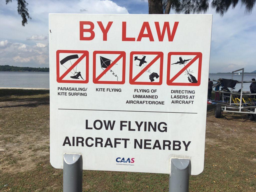 Varovné značky na pláži u letiště Changi