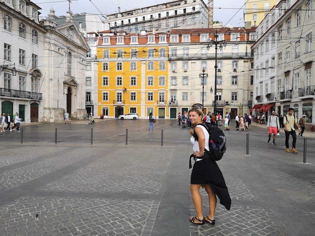 Vpředu krátká, vzadu douhá sukně v Lisabonu