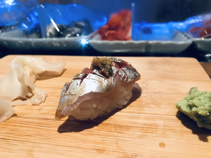 Sushi s wasabi jak uvnitř, tak vedle