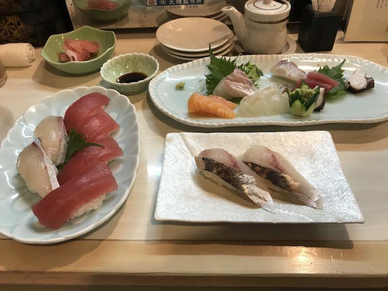 K obědu i večeři, pak jsem z dietních důvodů přešla na sashimi :D