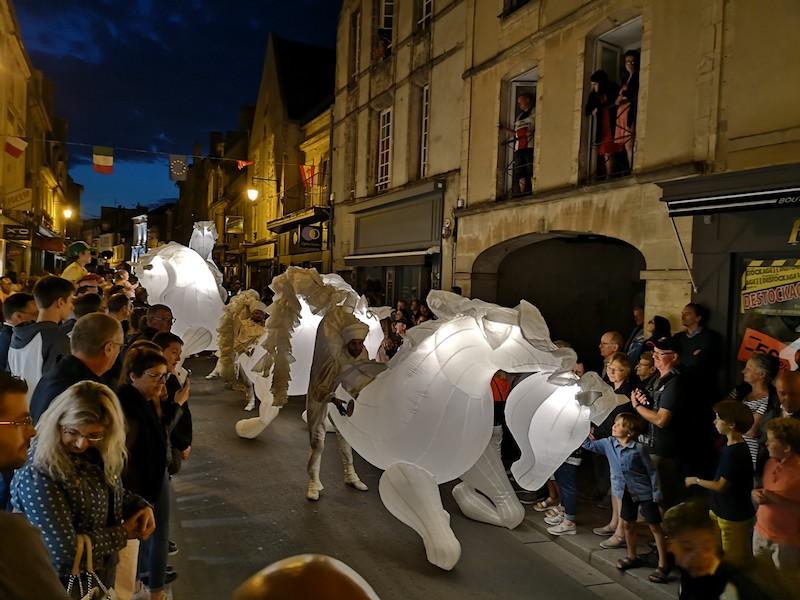 Průvod v rámci středověkého festivalu v Bayeux