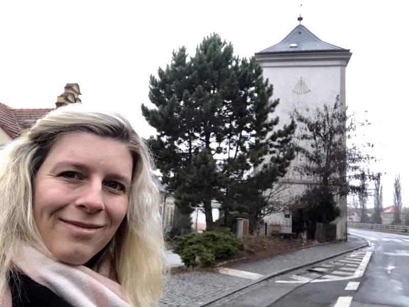 Věž stojí hned vedle silnice naproti rybníku Kníže