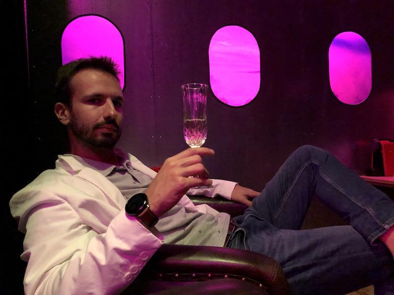 Manžel v letadle, teda v hotelovém pokoji