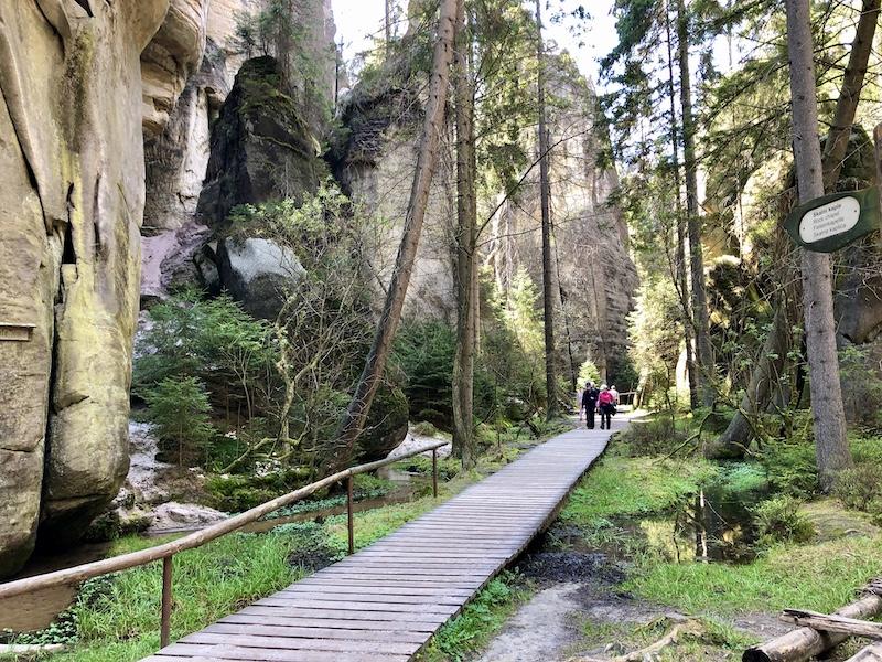 Skalní město Adršpach je o chodníčkách a schodech, pro člověka z města adrenalin tak akorát :D
