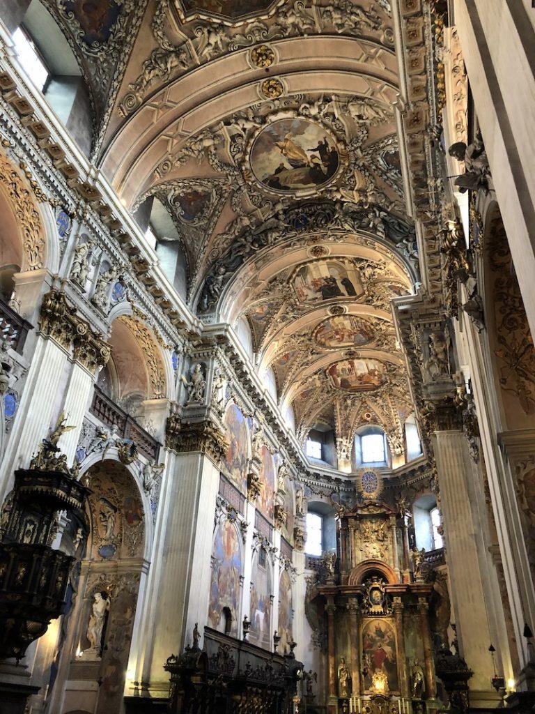 V kostele kláštera