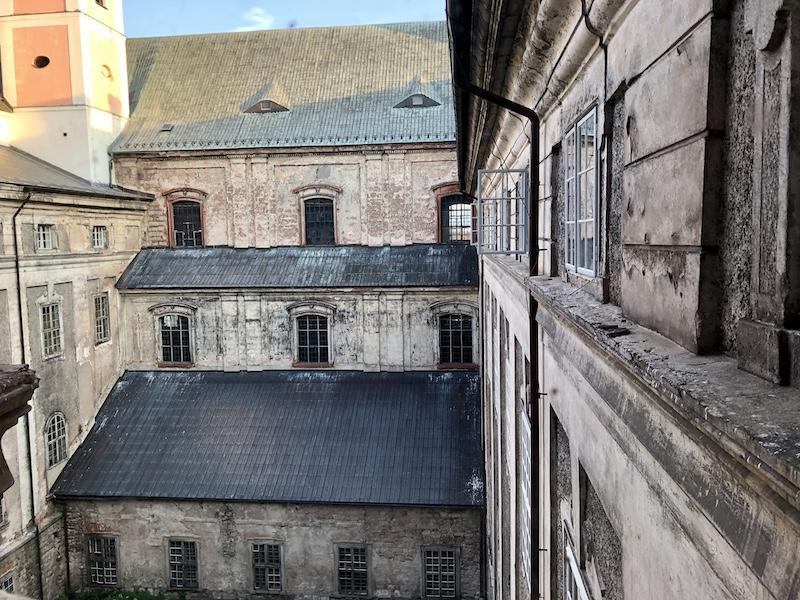 Výhled do ještě neopravené části kláštera