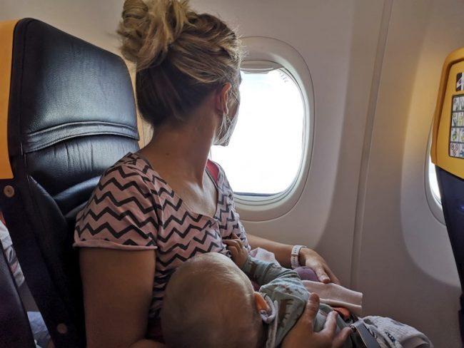 S miminkem do letadla