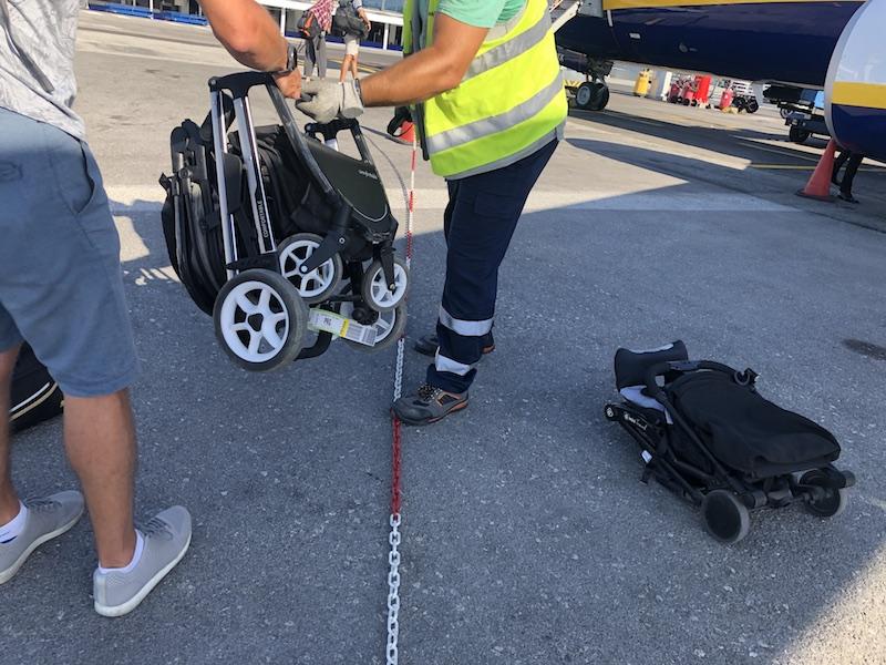 Takhle složený kočárek u letadla předáte obsluze