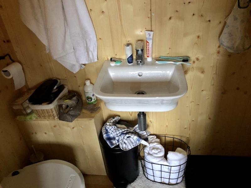 Výsek koupelny, vlevo WC, vpravo sprcha