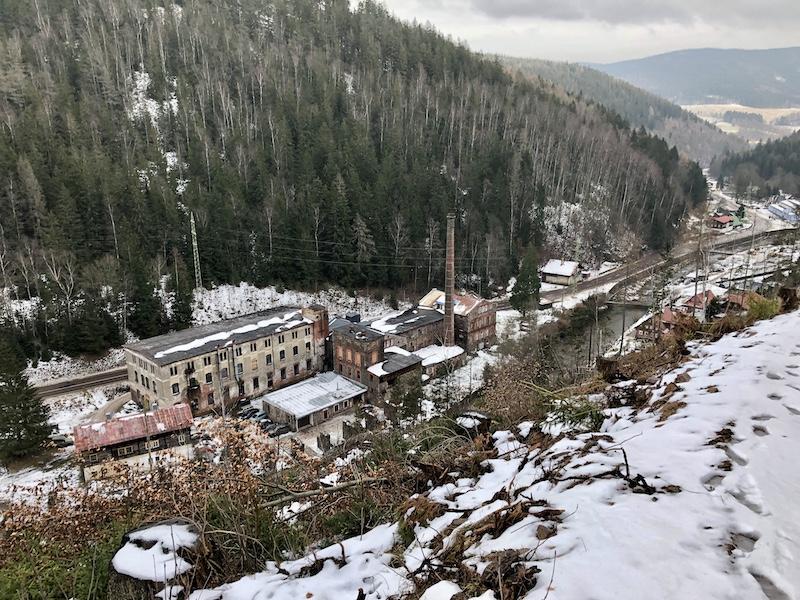 Pohled na továrnu ze stezky vedoucí od Aichelburgu