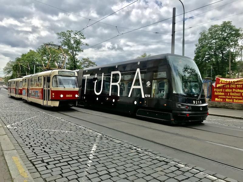 Vysokopodlažní tramvaj (červená) vedle nízkopodlažní tramvaje (černá)