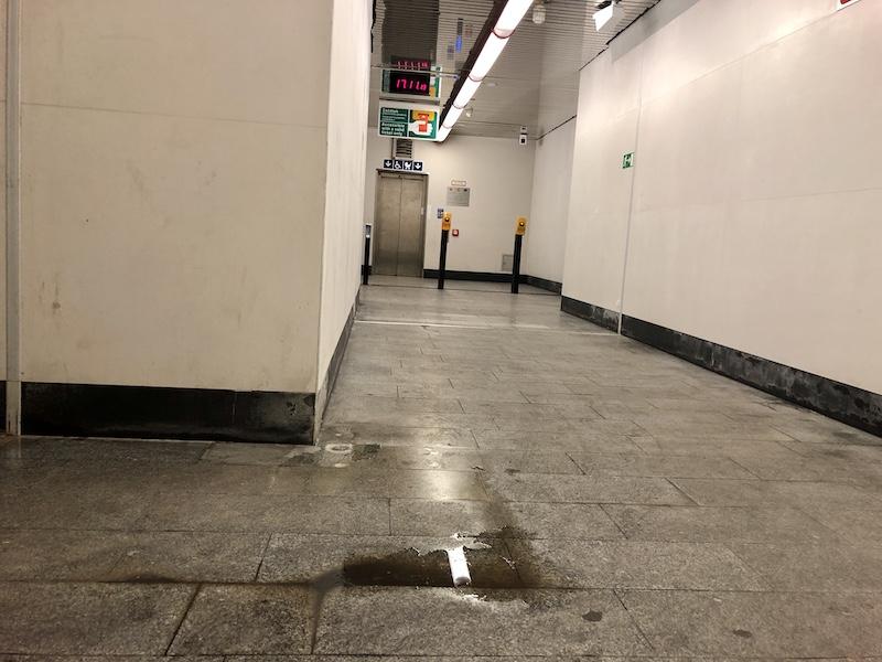 Mezipatro při cestě z úrovně chodníku na nástupiště metra