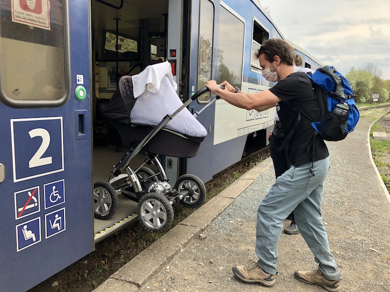 Ukázka nástupu/výstupu v případě vlaku, u nízkopodlažních busů a tramvají je to stejné