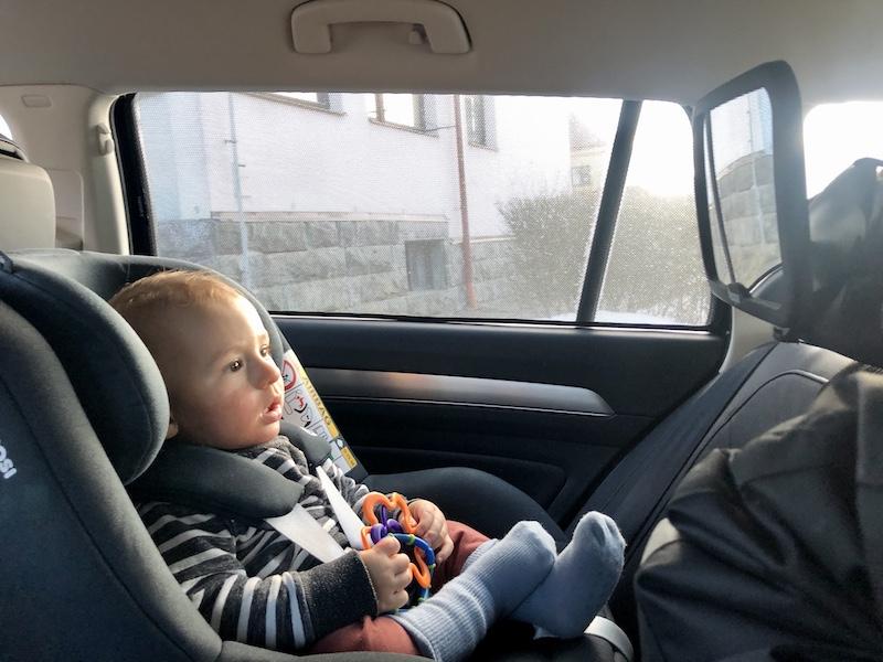 Zrcadlo, přes které dítě vidí na řidiče a naopak