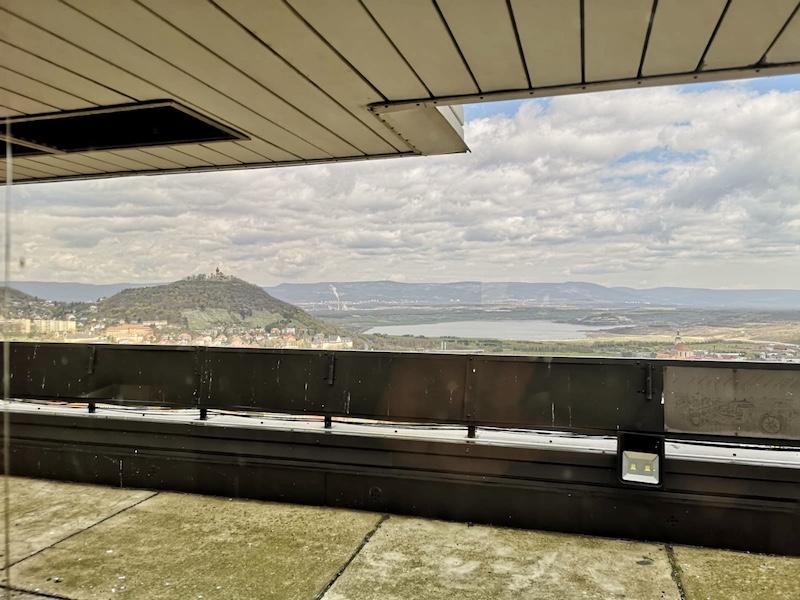 Výhled z 21. patra mosteckého mrakodrapu