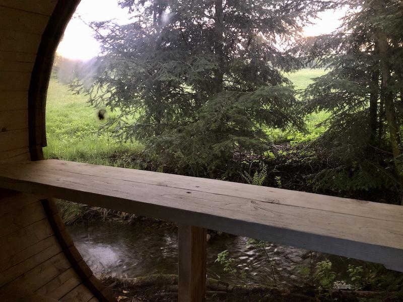 Ještě za světla ze sauny vidíte ven